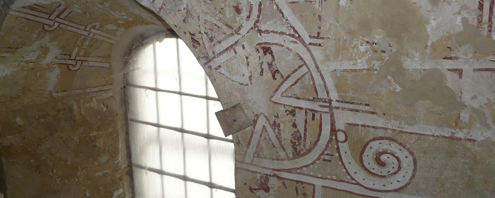 Découverte du décor originel du XIIIe siècle entourant une baie